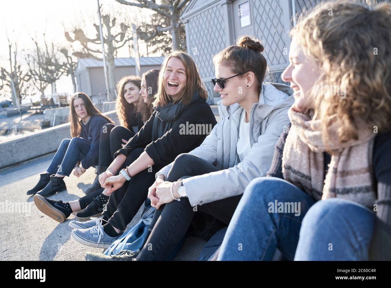 Amigos que están al lado del lago Ginebra en Lausana, Suiza, Europa. Foto de stock