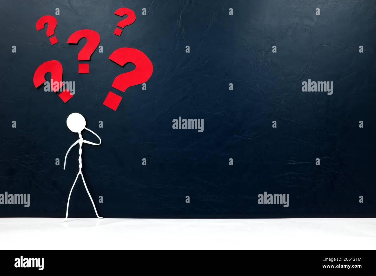 Figura de palo humano con signo de interrogación. P y A , confusión, resolución de problemas y concepto de mente vacía. Foto de stock