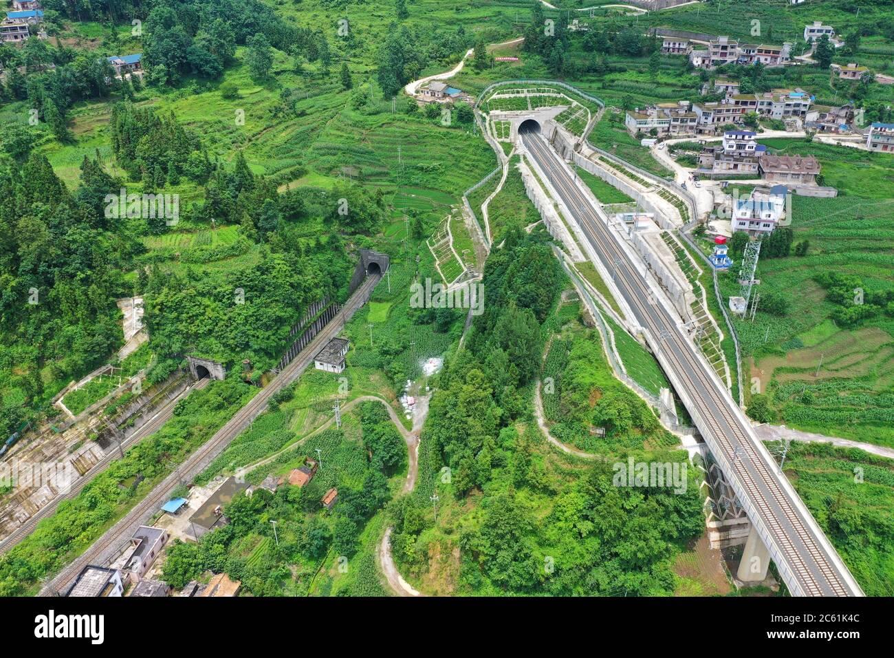 Liupanshui. 6 de julio de 2020. Foto aérea tomada el 6 de julio de 2020 muestra un túnel ferroviario a lo largo del ferrocarril Anshun-Liupanshui en la provincia de Guizhou, al suroeste de China. El ferrocarril interurbano Anshun-Liupanshui, con una velocidad de 250 km por hora, está en preparación para su apertura. El ferrocarril acortará el tiempo de viaje entre Guiyang y Liupanshui de las actuales 3.5 horas a aproximadamente 1 hora, y la ciudad de Liupanshui estará completamente conectada con la red nacional de trenes de alta velocidad. Crédito: Liu Xu/Xinhua/Alamy Live News Foto de stock