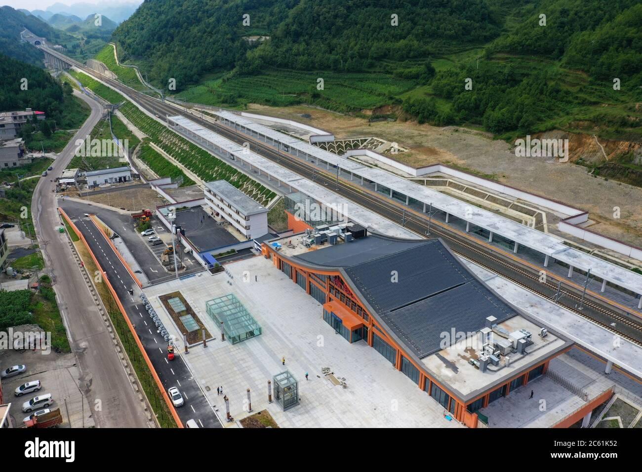 Liupanshui. 6 de julio de 2020. Foto aérea tomada el 6 de julio de 2020 muestra la estación ferroviaria de Lengba a lo largo del ferrocarril Anshun-Liupanshui en la provincia de Guizhou, al suroeste de China. El ferrocarril interurbano Anshun-Liupanshui, con una velocidad de 250 km por hora, está en preparación para su apertura. El ferrocarril acortará el tiempo de viaje entre Guiyang y Liupanshui de las actuales 3.5 horas a aproximadamente 1 hora, y la ciudad de Liupanshui estará completamente conectada con la red nacional de trenes de alta velocidad. Crédito: Liu Xu/Xinhua/Alamy Live News Foto de stock