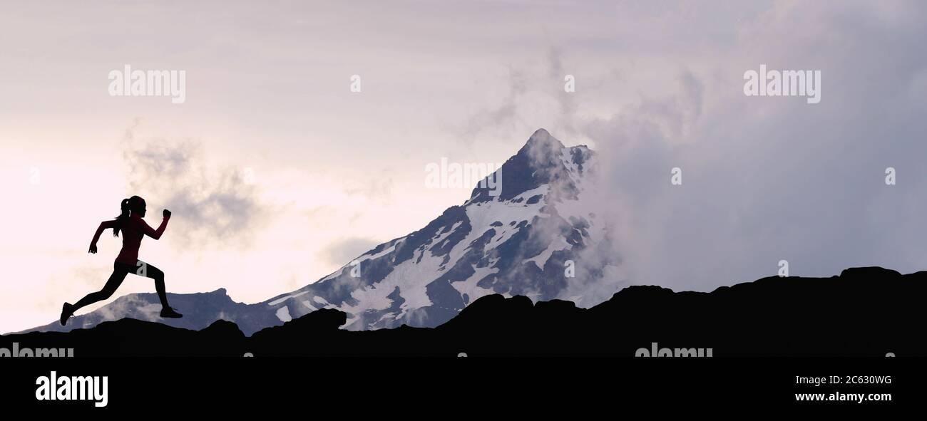 Correr mujer atleta silueta pista correr en el fondo de la cumbre de montaña Foto de stock