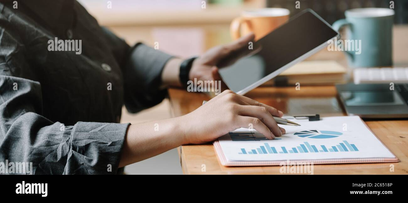 Análisis de la mujer de negocios informe financiero con tablet ordenador. Foto de stock