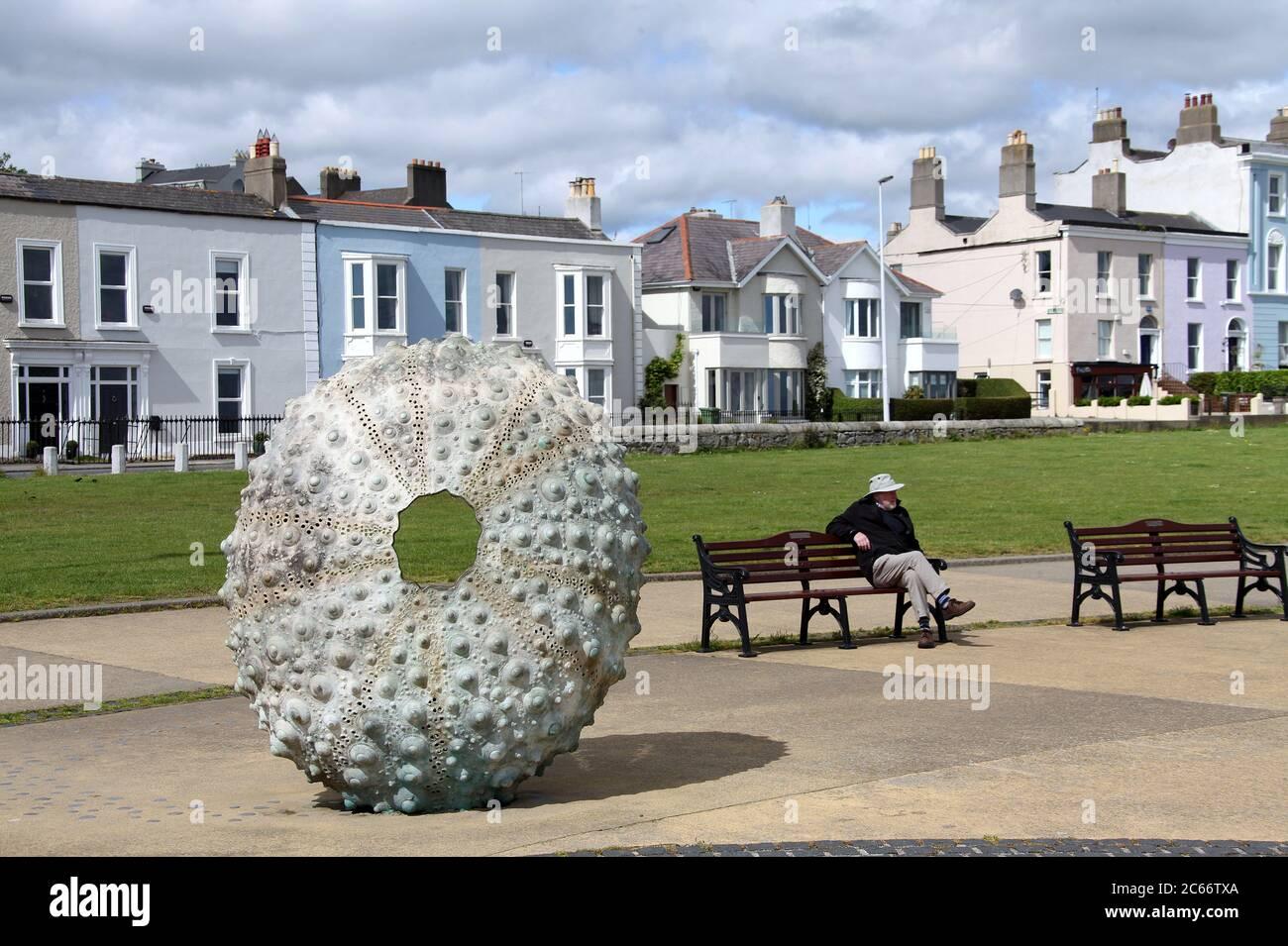 Paseo marítimo en el sur de Irlanda con la escultura de erizo de mar Madre de Rachel Joynt Foto de stock