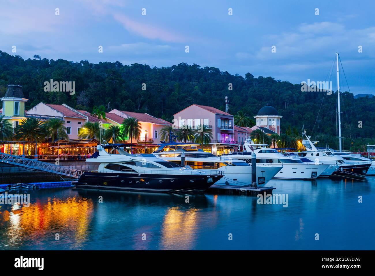 Langkawi, oficialmente conocido como Langkawi, la joya de Kedah, es un distrito y un archipiélago de 99 islas en el mar de Andamán a unos 30 km del principal Foto de stock