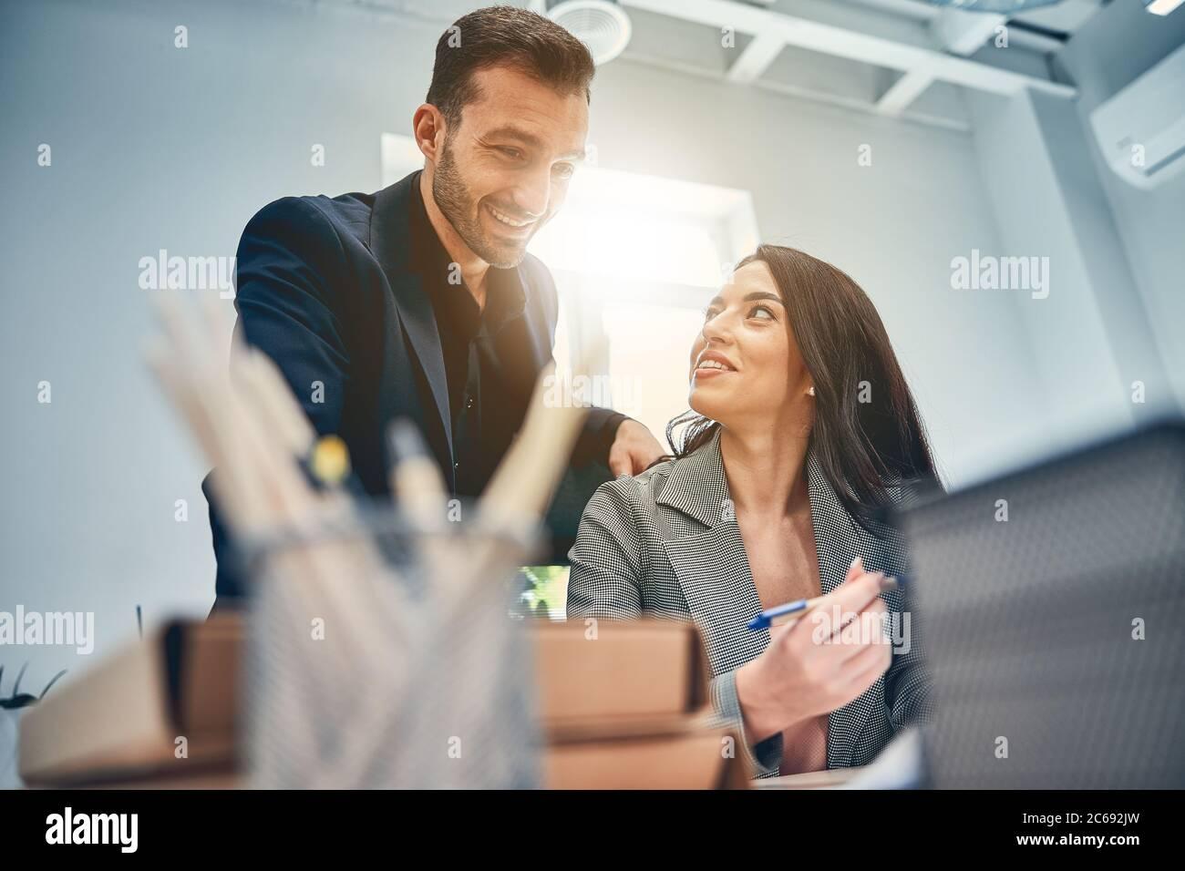 Equipo de negocios hablando en la oficina moderna y discutiendo ideas Foto de stock