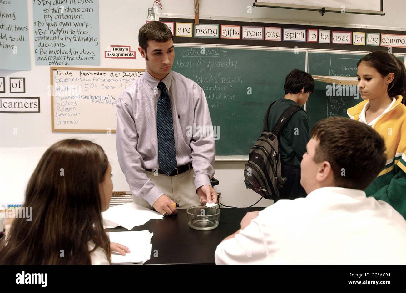 Texas: Maestro de ciencias masculino en educación religiosa clase de 8o grado en la escuela católica de Texas. ©Bob Daemmrich Foto de stock