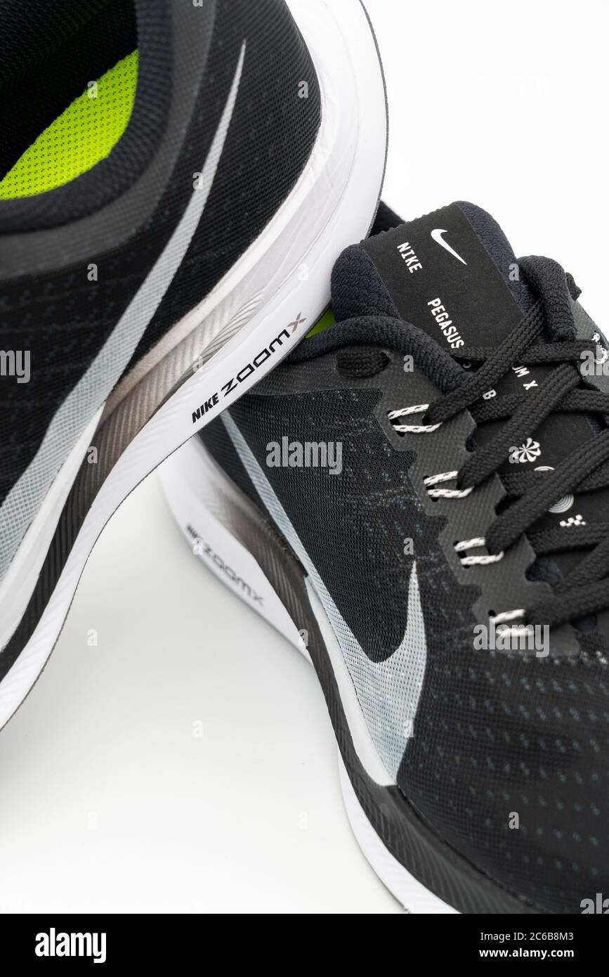 Demonio escanear Desmenuzar  Dos zapatillas de running Nike Pegasus Turbo negras cortadas aisladas sobre  fondo blanco Fotografía de stock - Alamy