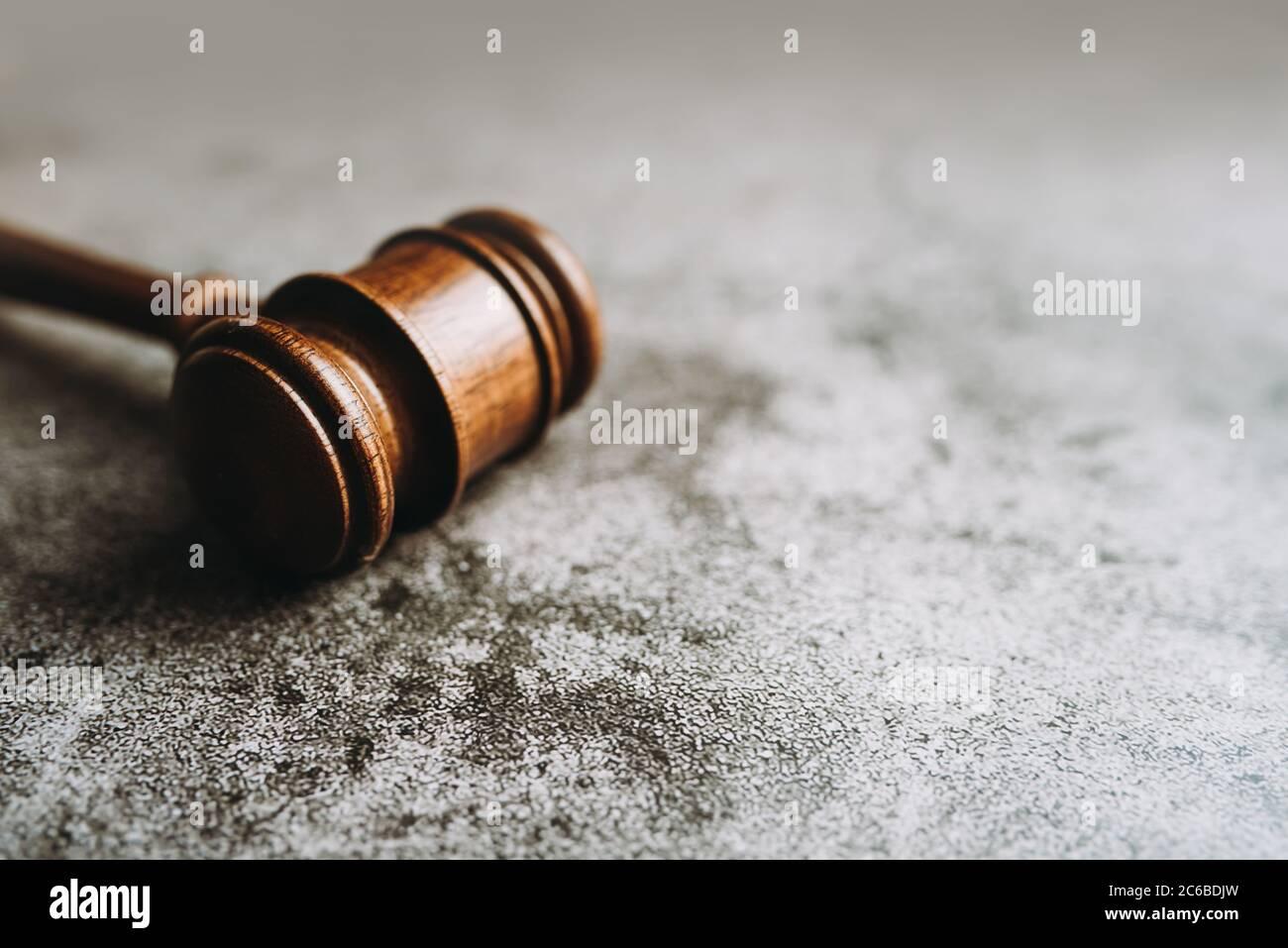 Gavel juez de madera sobre fondo de piedra gris, concepto de ley de la bandera Foto de stock