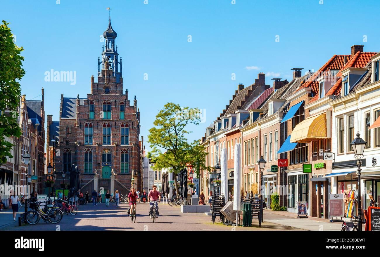 Vista de la plaza del mercado de Culemborg con tiendas y el ayuntamiento medieval en una tarde soleada. Gelderland, países Bajos. Foto de stock