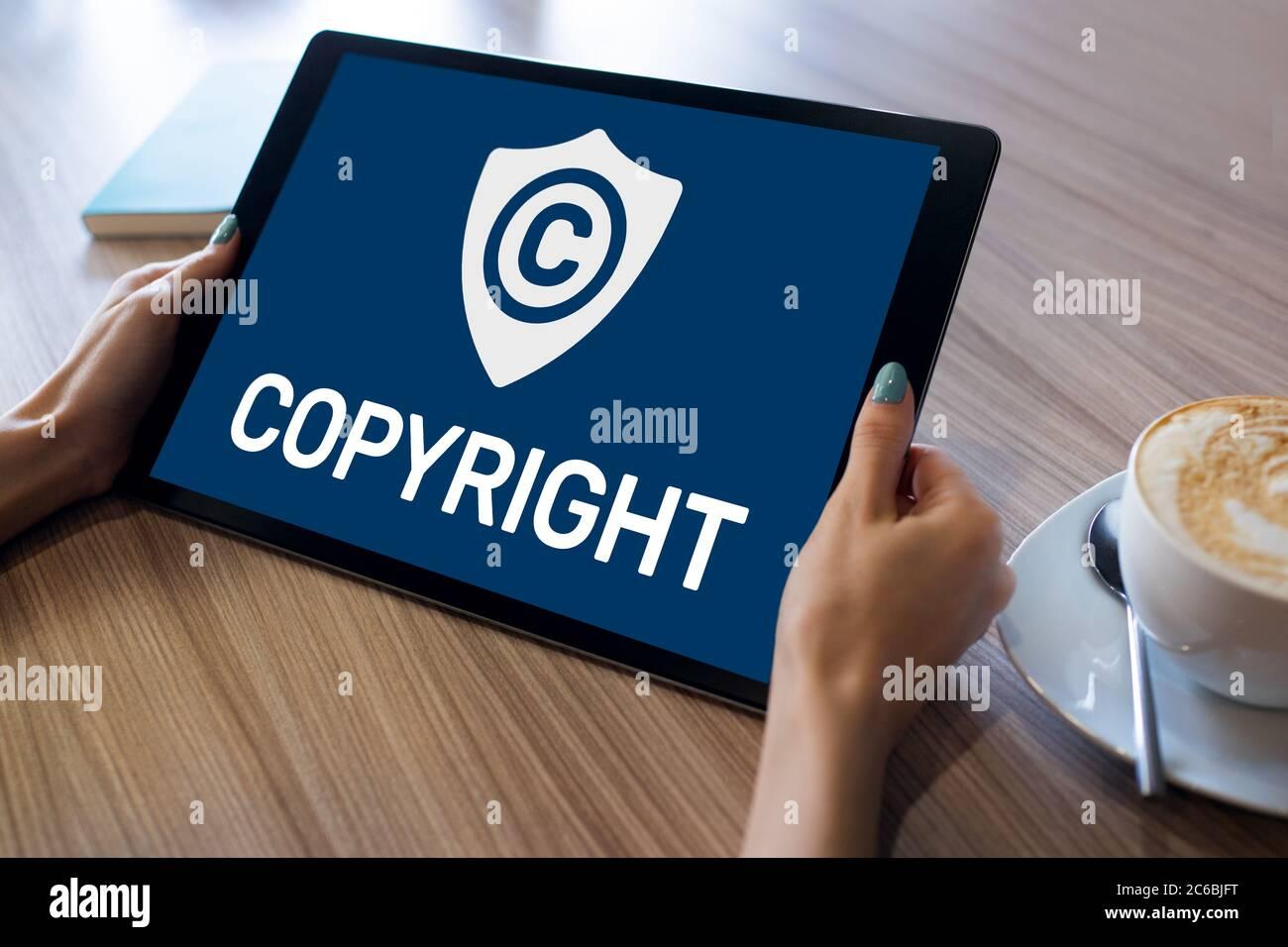 Icono de copyright en la pantalla. Derecho De Patentes Y Propiedad Intelectual. Concepto De Negocio, Internet Y Tecnología Foto de stock
