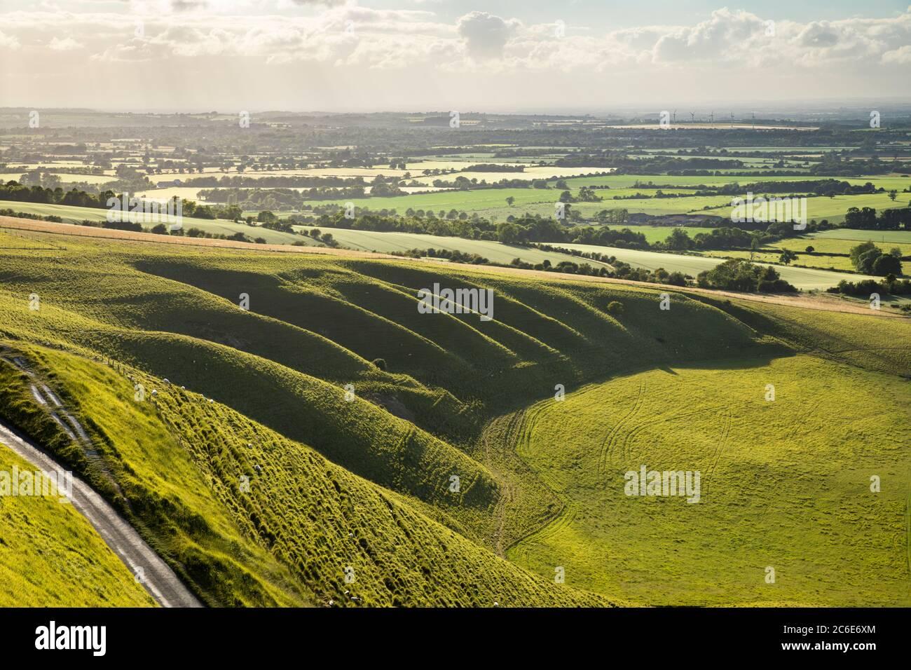 El pesebre y el valle del caballo blanco visto desde White Horse Hill, Uffington, Oxfordshire, Inglaterra, Reino Unido, Europa Foto de stock