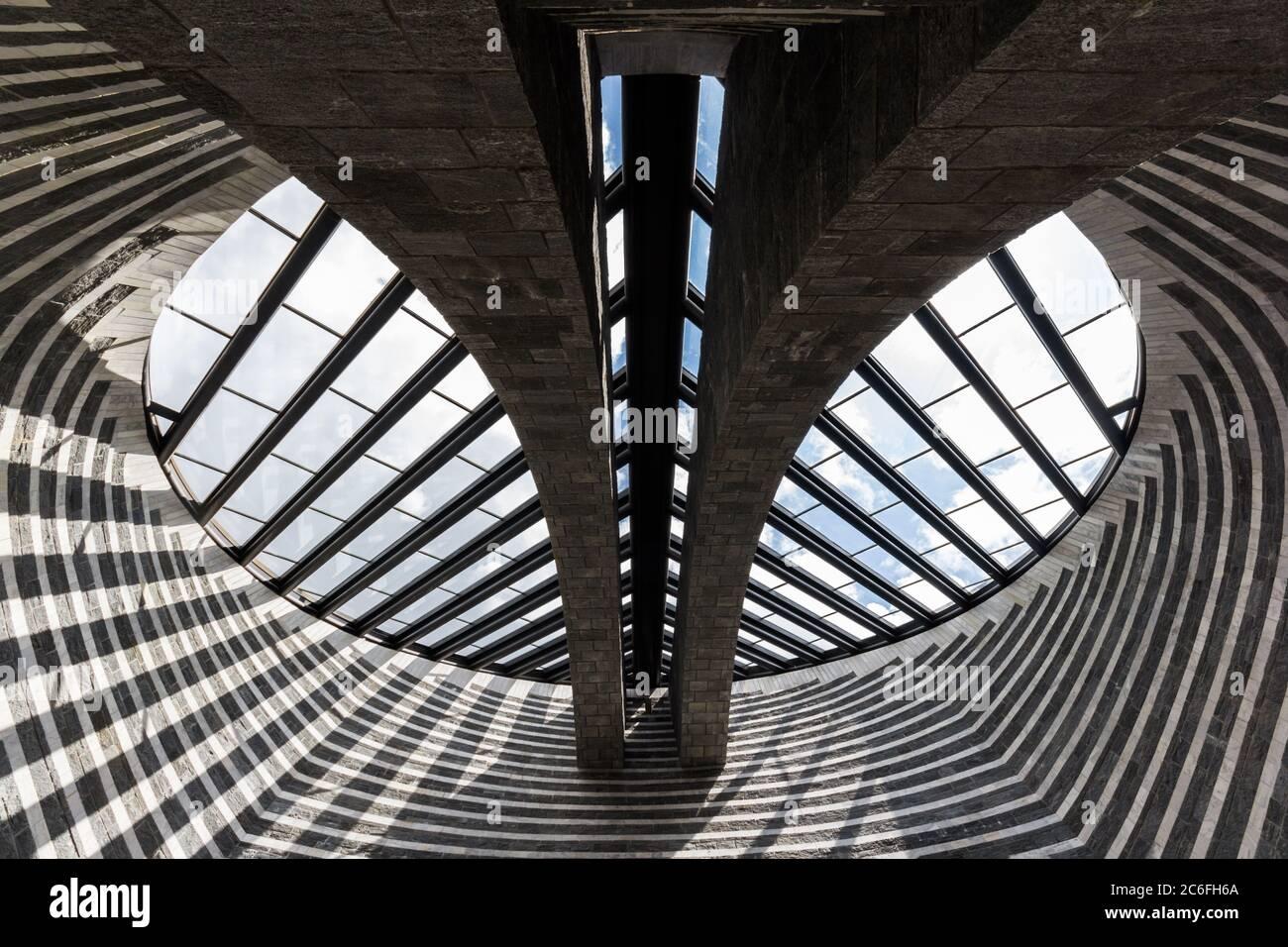 Mogno, Suiza - 01 de junio de 2018: La Iglesia de San Giovanni Battista por el famoso arquitecto Mario Botta, construido ii Maggia Valle (Val Lavizzara) a Foto de stock