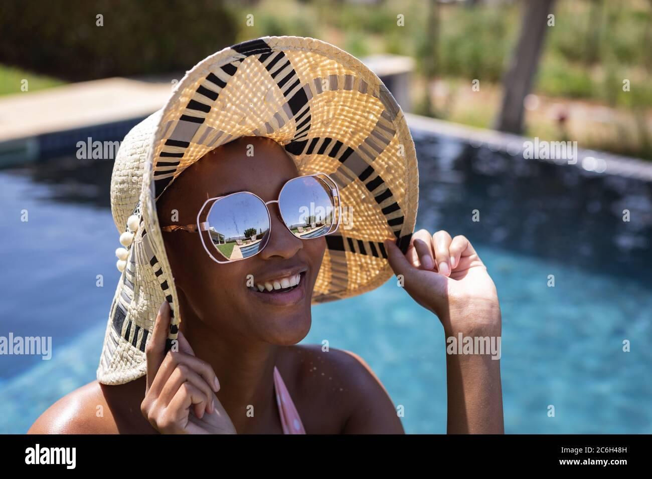 Mujer vistiendo gorra y gafas de sol Foto de stock