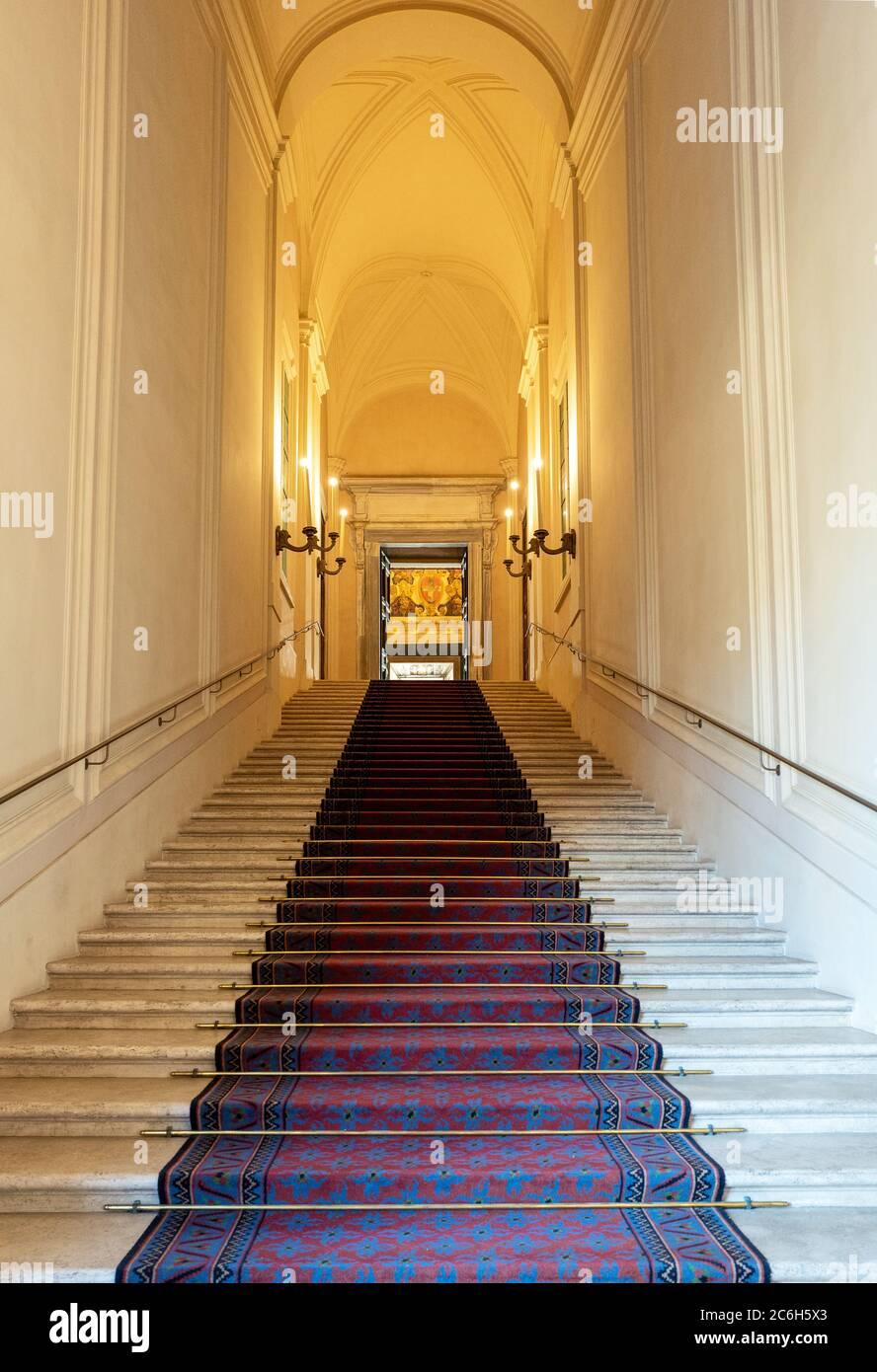 Roma, Italia, la escalera principal del palacio Quirinale Foto de stock