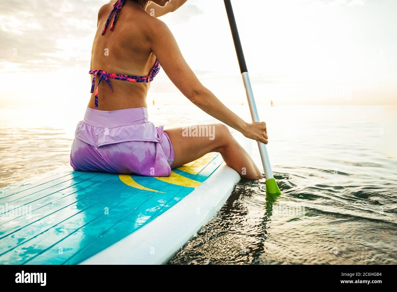 Mujer en una pala de pie Foto de stock