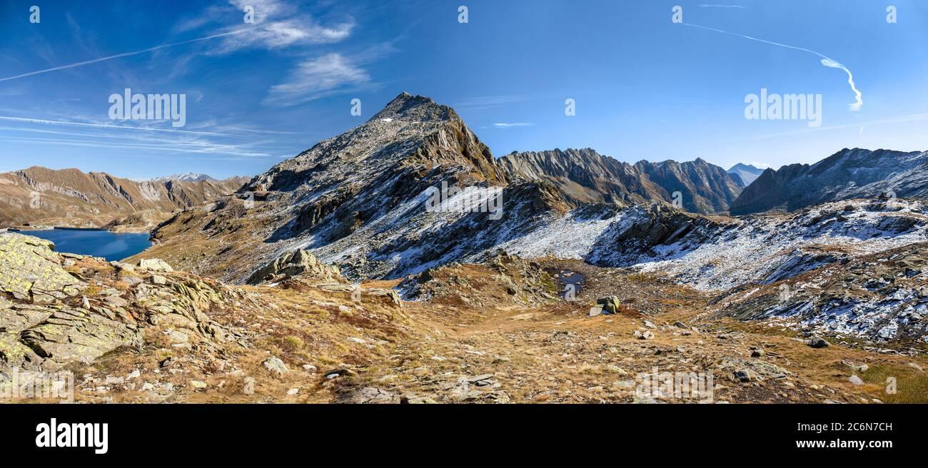 Montaña alta de los Alpes en Passo del Sasso Nero, Lago Nerat, Lavizzara, Suiza Foto de stock