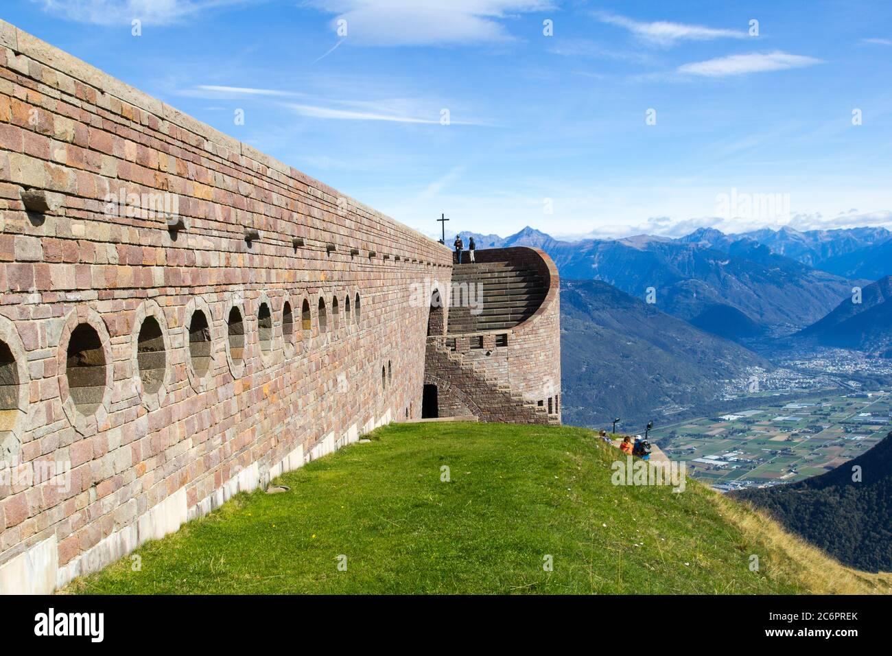 Tamaro, Suiza - 03 de octubre de 218: Capilla de Santa Maria degli Angeli en el Monte Tamaro por el archtecto suizo Mario Botta en el Cantón Ticino, Switzil Foto de stock