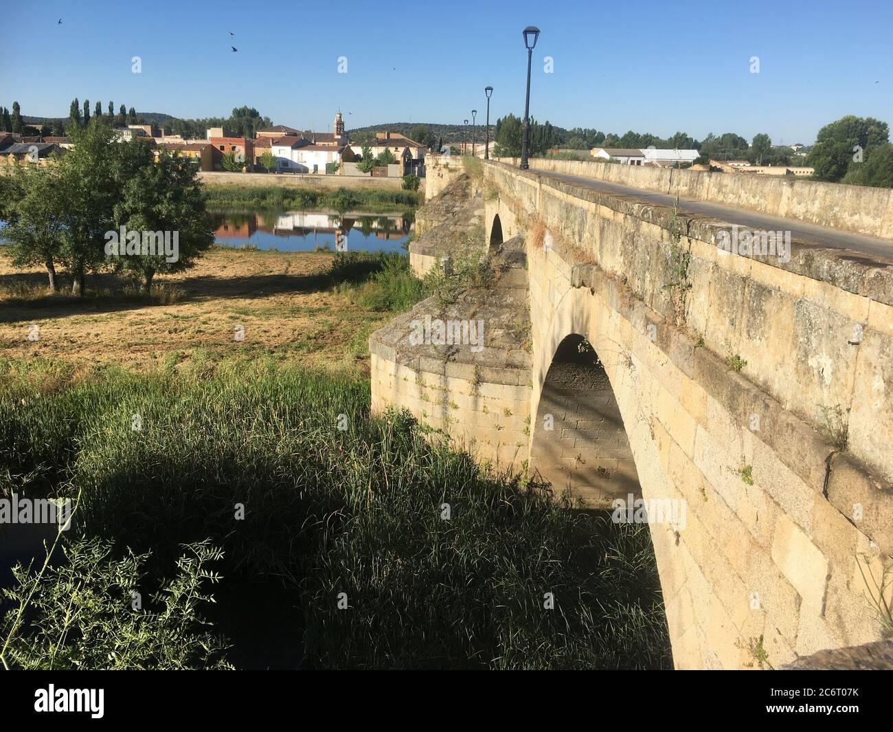 Puente romano de Ciudad Rodrigo en Salamanca Foto de stock