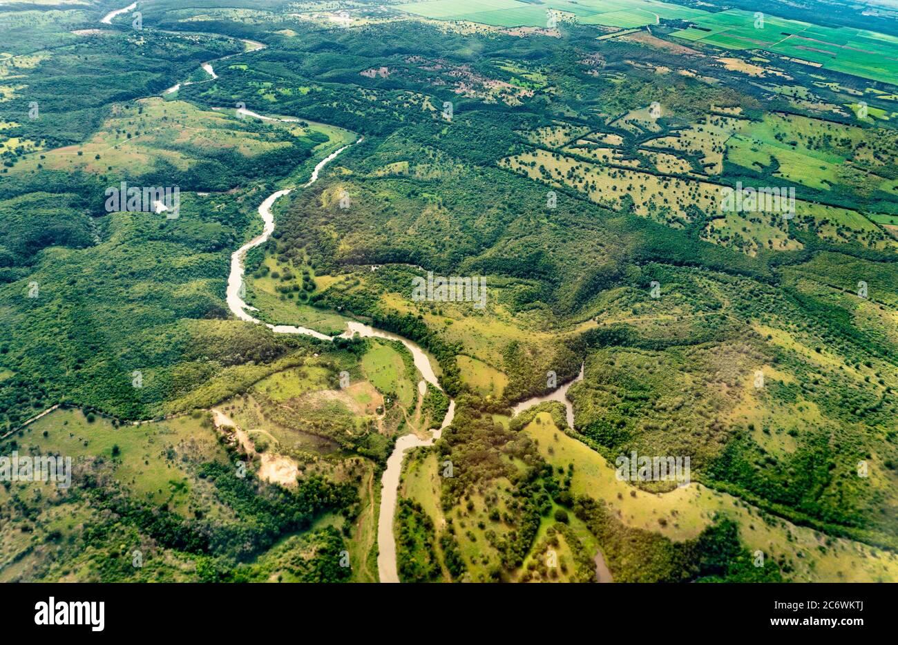 Fragmentos de un paisaje con un río en la zona de Dominica desde una vista de pájaro Foto de stock
