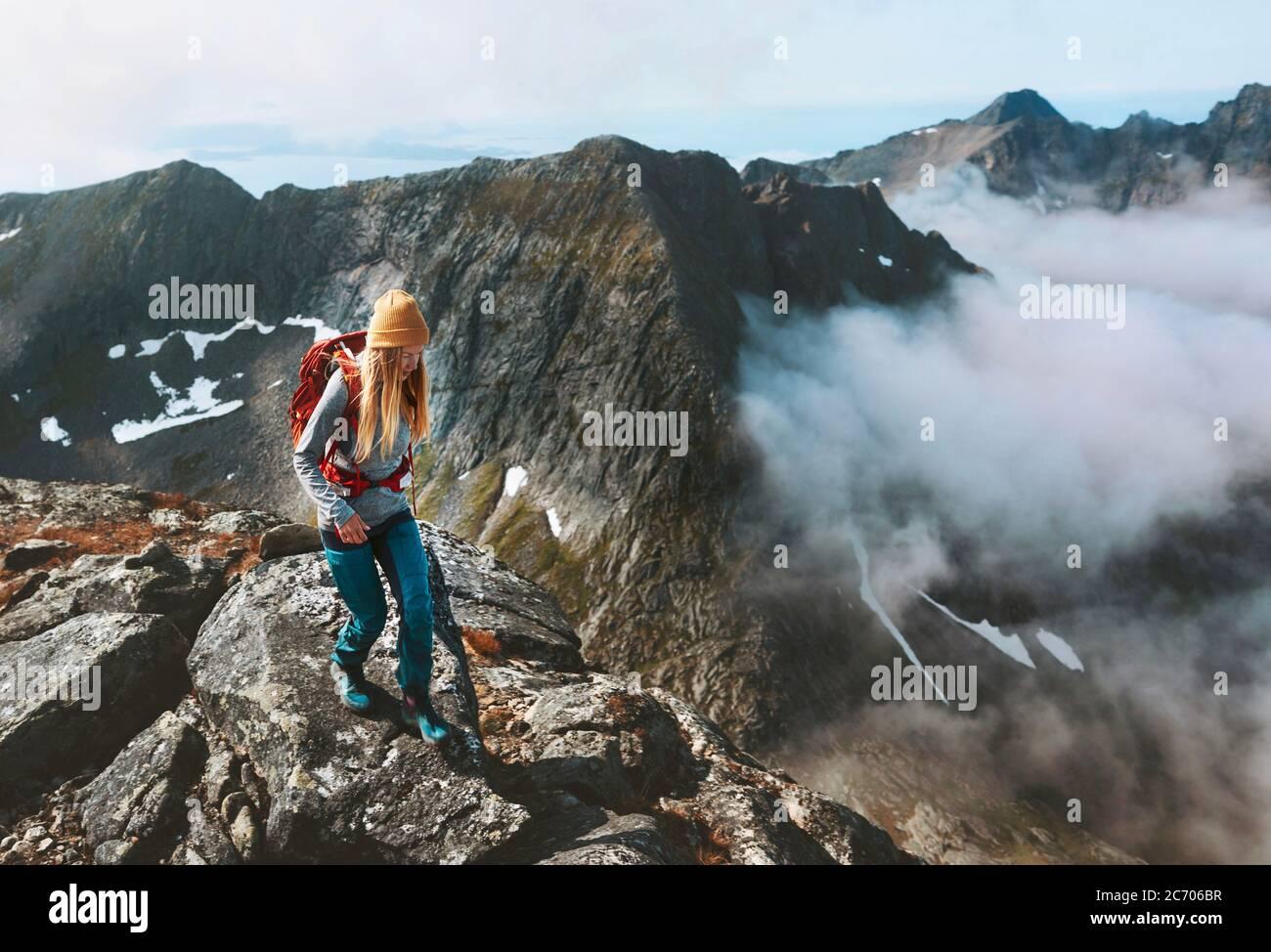 Senderismo aventuras mujer camino correr en las montañas con mochila solo viaje al aire libre verano viaje de vacaciones en Noruega estilo de vida saludable concepto Foto de stock