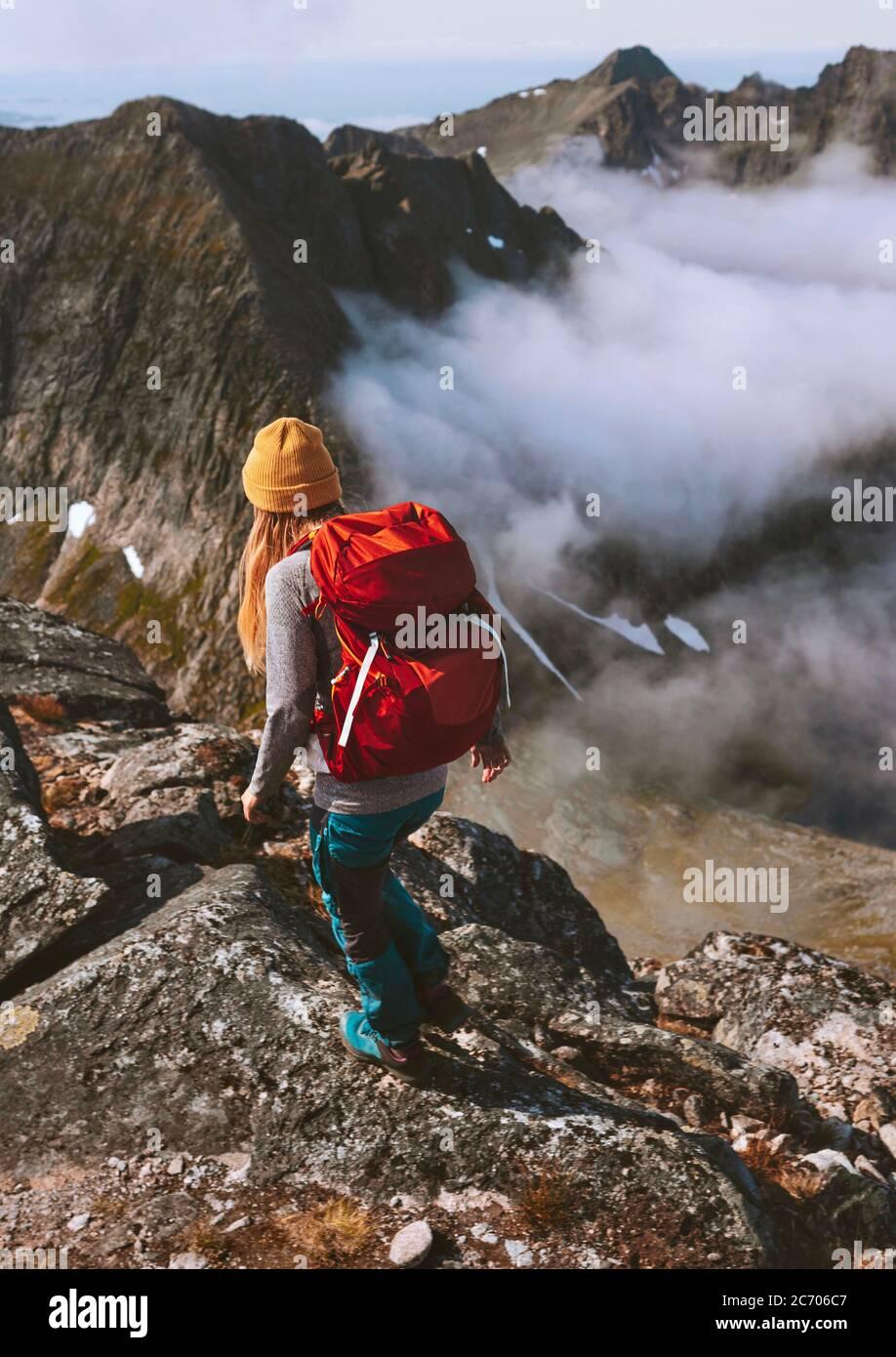 Senderismo expedición mujer backpacking en montañas solo viaje aventura estilo de vida saludable verano actividad vacaciones al aire libre extremo hobby viaje en Norw Foto de stock