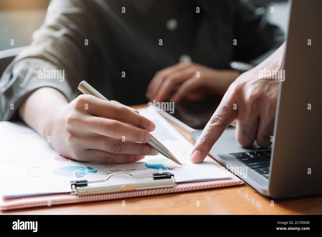 Cierre de la reunión de negocios y discusión para finanzas, impuestos, contabilidad, estadística y concepto de investigación analítica Foto de stock