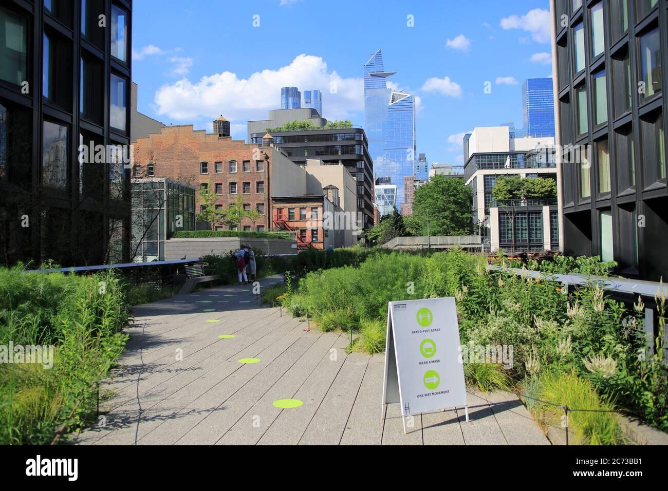 High Line Park en Manhattan se reabre al público el 16 de julio con capacidad limitada, reglas de distanciamiento social en su lugar y que requieren que los visitantes usen máscaras. Los círculos verdes en los pasillos ayudan a los visitantes a mantener a seis pies separados. El parque había estado cerrado desde marzo durante el bloqueo de la pandemia de cornonavirus. Nueva York, EE.UU. Julio de 2020 Foto de stock