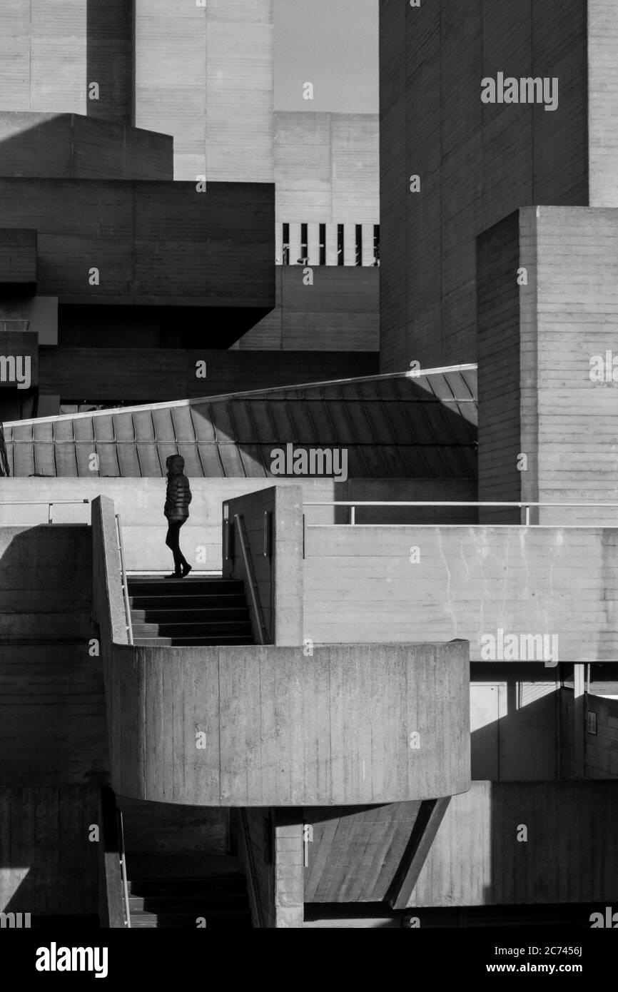 Londres Fotografía urbana en blanco y negro: Arquitectura brutalista del Teatro Nacional Real, Southbank. Foto de stock