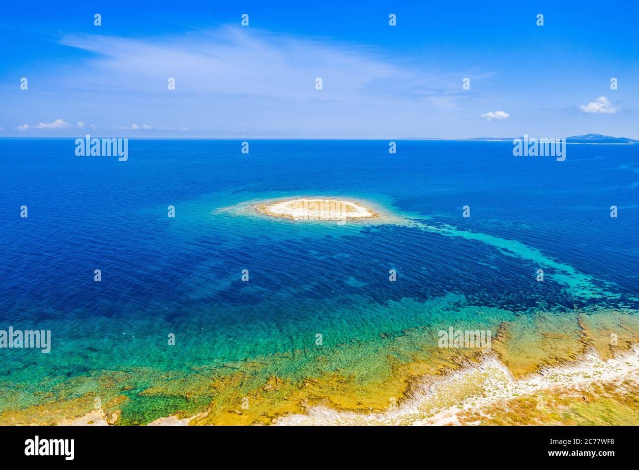Costa Adriática en Croacia, pequeña isla hermosa de Mali Lagan en el mar turquesa en el archipiélago de Dugi Otok, vista aérea de desde el drone Foto de stock