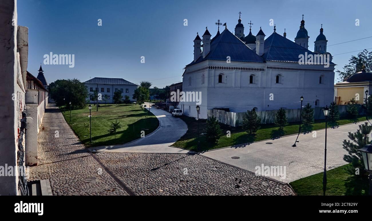 Rusia, Astrakhan Oblast.Europa, La pared blanca del Kremlin en la ciudad de Astrakhan, la planforma del Kremlin es un triángulo en ángulo recto con paredes de 3-3.5 m de espesor y 7-1 1.3 m de altura. La longitud total de las paredes es de 1554 m, el área total de &#x200b,&#x200b,el Kremlin es de 11 hectáreas, inicialmente las murallas del Kremlin tenían 8 torres y 7 de ellas se conservan hasta nuestros días. Foto de stock