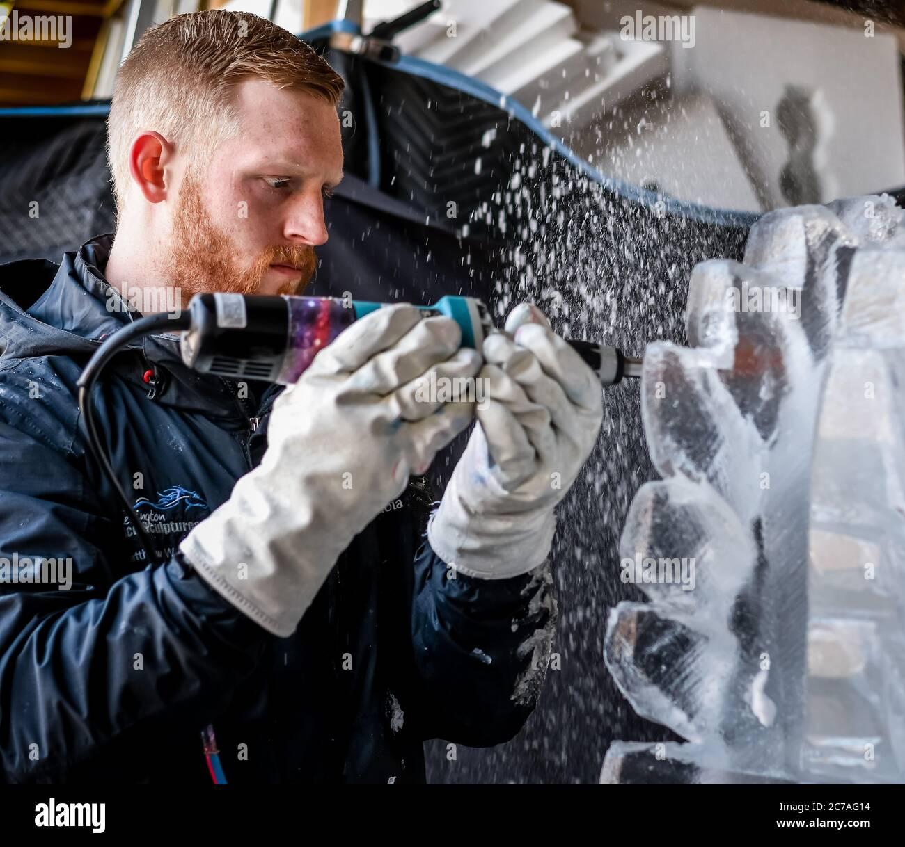 Ice Carver esculpir bloque de hielo con dremel de energía eléctrica Foto de stock