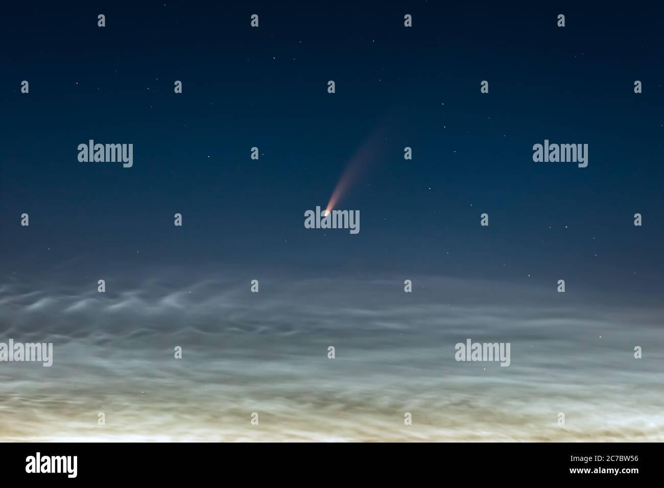 Neowise cometa en el cielo nocturno de Lituania Foto de stock