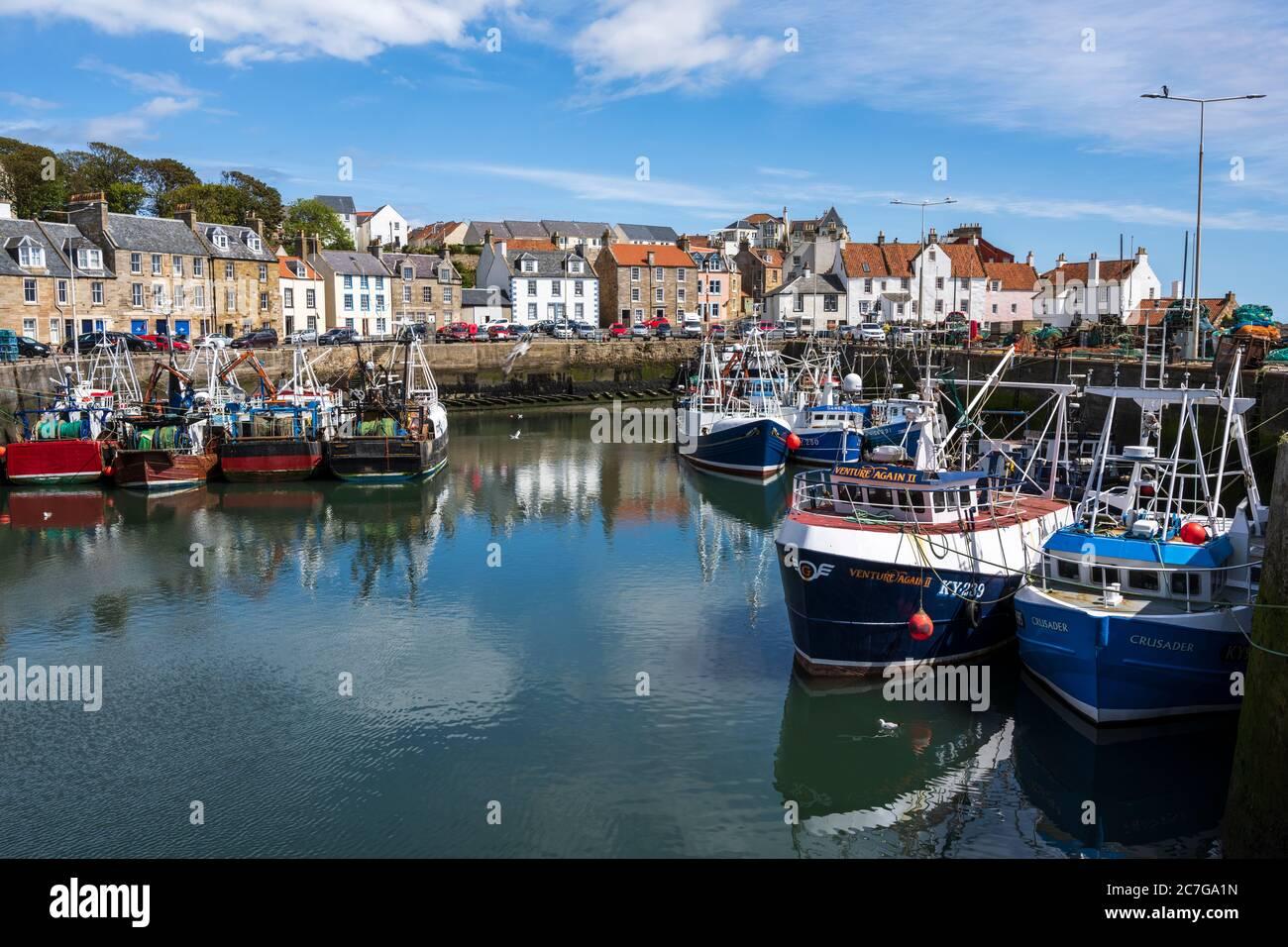 Barcos de pesca amarrados en el puerto de Pittenweem en East Neuk de Fife, Escocia, Reino Unido Foto de stock