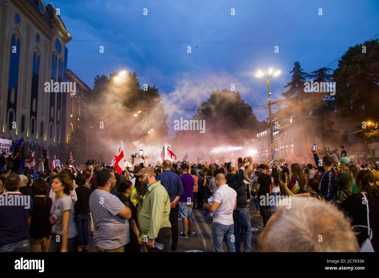 Protestas georgianas frente al Parlamento de Georgia, después de la Noche de Gavrilov o protestas contra el gobierno en el país de Georgia en junio. Foto de stock