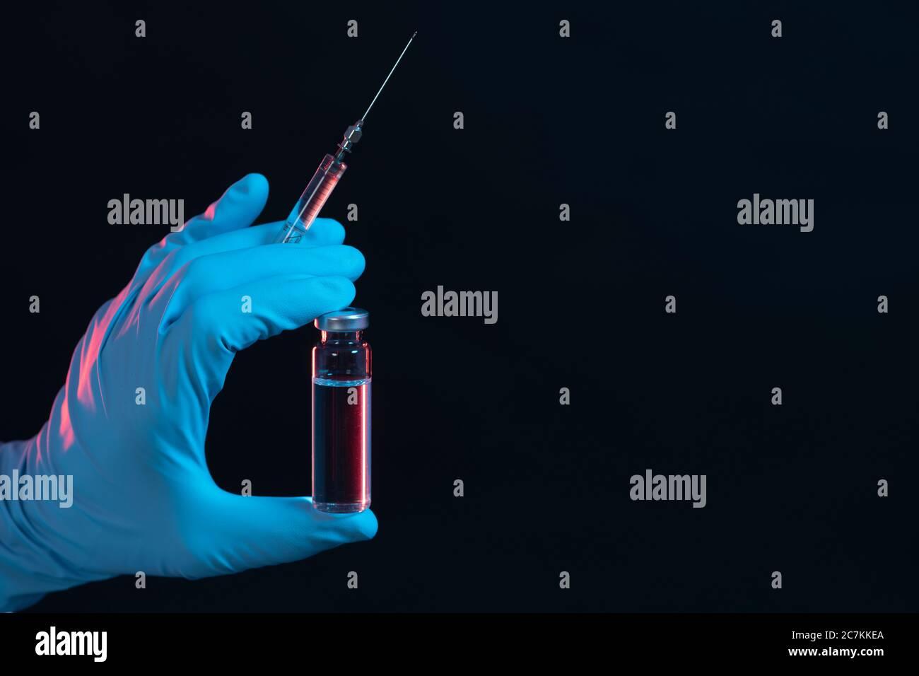 Símbolo, corona, ciencia, investigación, vacuna, peligro, jeringa, vial, coronavirus, abajo a la izquierda Foto de stock