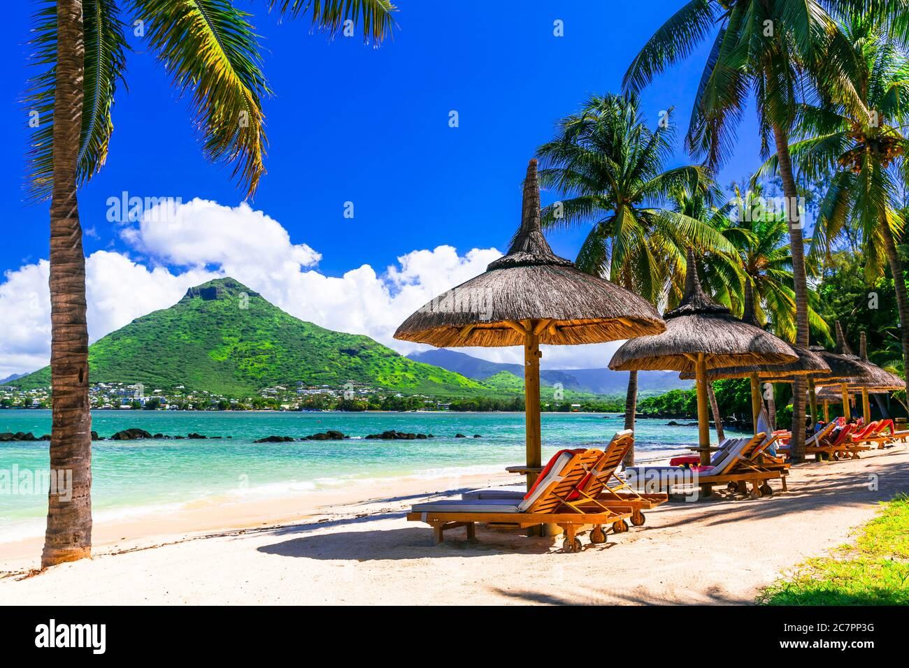 Vacaciones relajantes en el paraíso tropical. Isla Mauricio. Playa Flic en Flac, vista de la montaña Tamarin Foto de stock