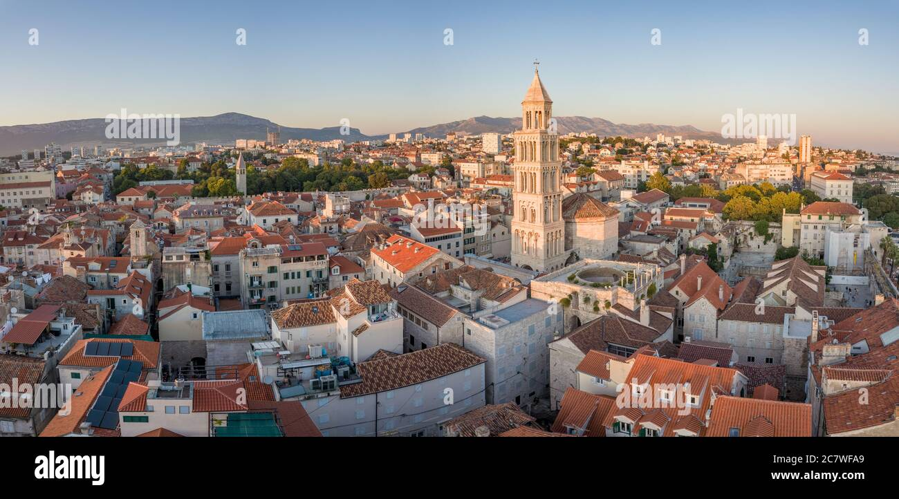 Split, Croacia - 15 2019 de agosto: Una imagen de paisaje urbano de verano, con el Palacio de Diocleciano, campanario de la catedral de San Domnio y Riva paseo, por la noche Foto de stock