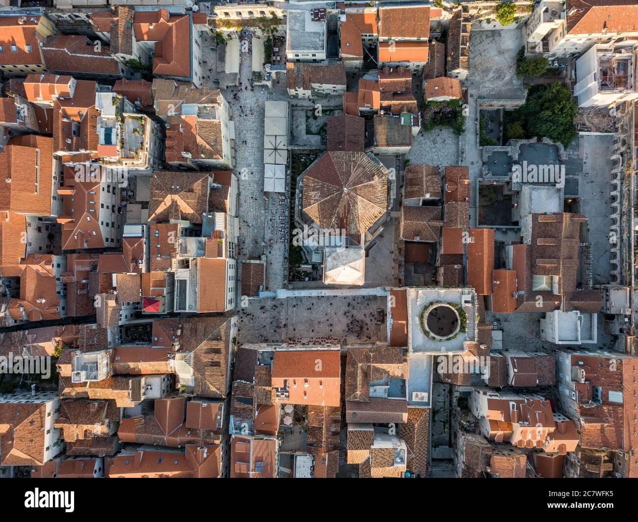 Split, Croacia - Agosto 15 2019: Vista de pájaro del centro de la ciudad de Split mostrando el Palacio de Diocleciano y el campanario de la catedral de San Domnio Foto de stock