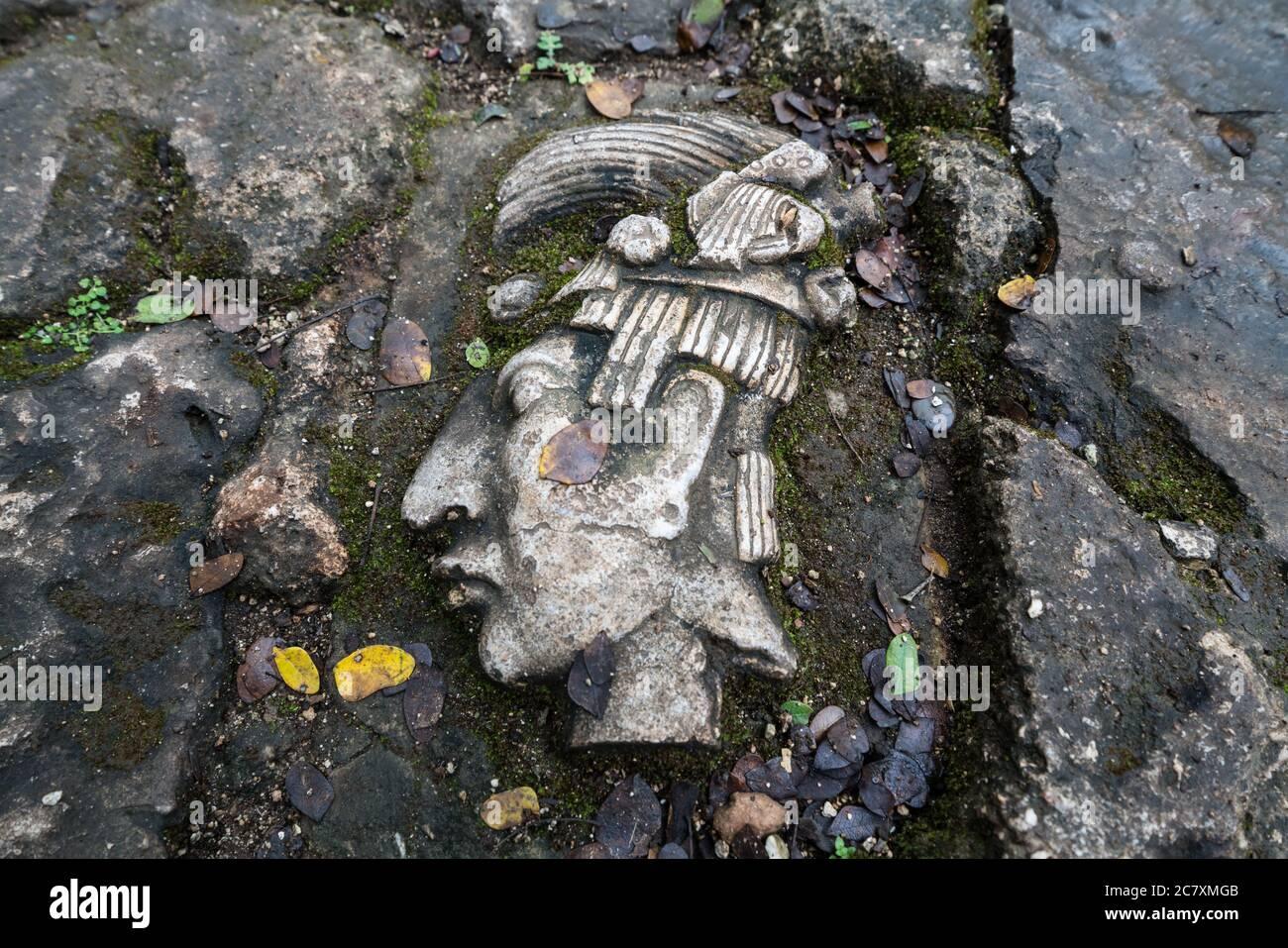 Réplica de una talla maya en la pasarela en Cenote Samula cerca de Dzitnup, Yucatán, México. Foto de stock