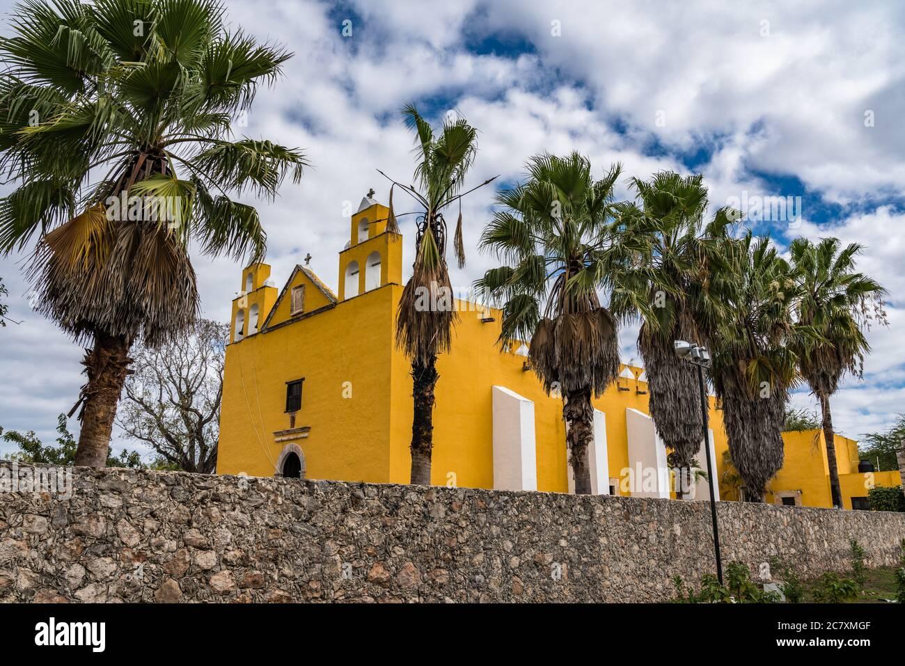 La Iglesia colonial de San Pedro el Apóstol fue construida en el siglo XVII por los Franciscanos en Cholul, Yucatán, México. Foto de stock