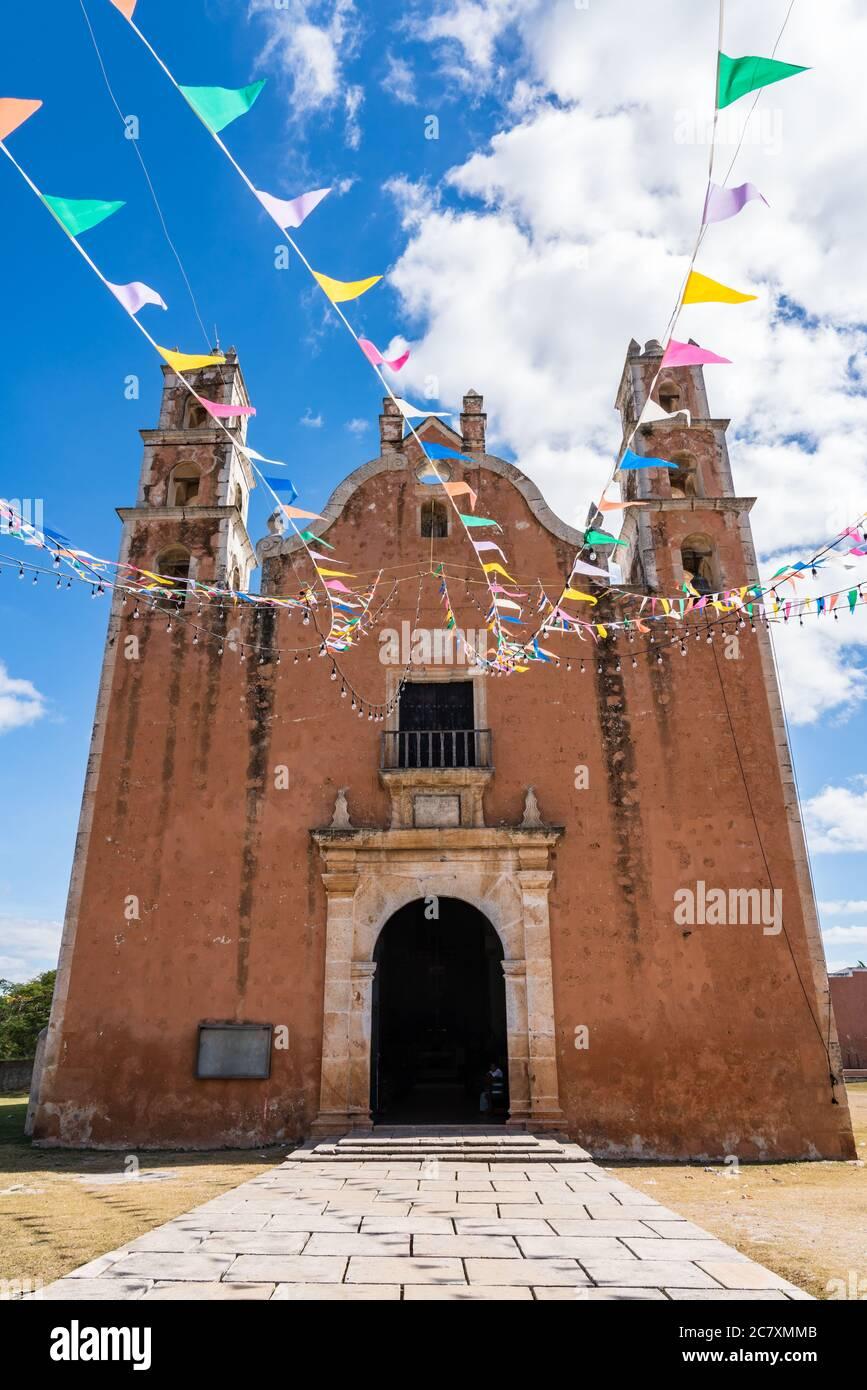La Iglesia colonial de nuestra Señora de la Asunción fue completada por los frailes franciscanos en 1751 en la ciudad de Tecoh, Yucatán, México. En 1842, John llo Foto de stock