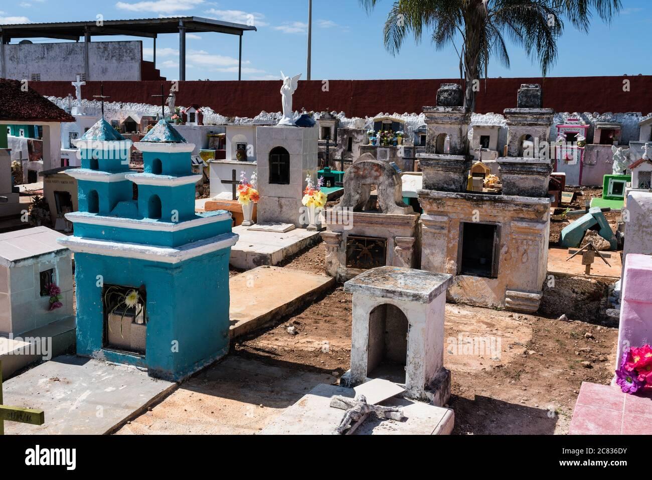 Coloridas lápidas en un cementerio en Cacalchen, Yucatán, México. Foto de stock