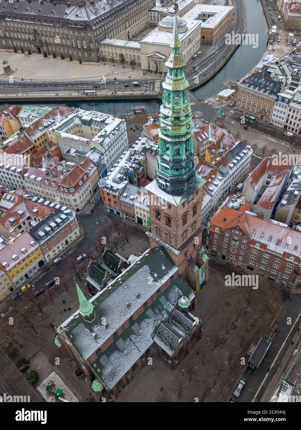 Copenhague, Dinamarca - Diciembre 24 2018: Una fotografía aérea del Centro de Arte Contemporáneo Nikolaj Kunsthal, ubicado en la antigua iglesia de San Nicolás Foto de stock