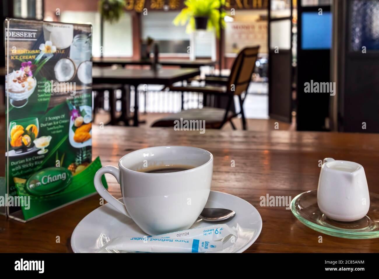 Taza de café y menú en restaurante tailandés durante la pandemia de covid 19, Bangkok, Tailandia Foto de stock