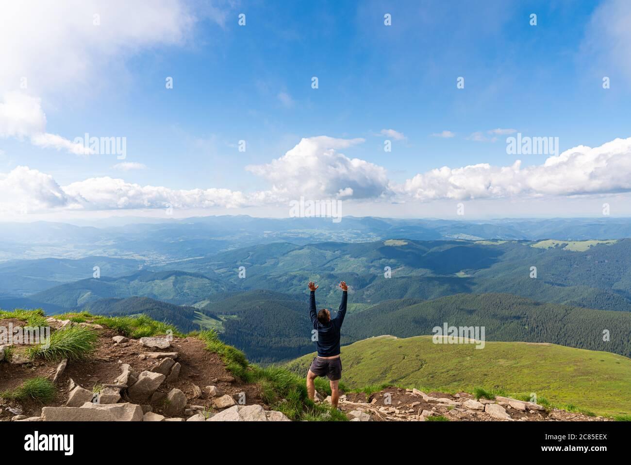 Silueta del hombre en la cima de la cima de la montaña en el cielo del amanecer. Foto conceptual del deporte y la vida activa Foto de stock