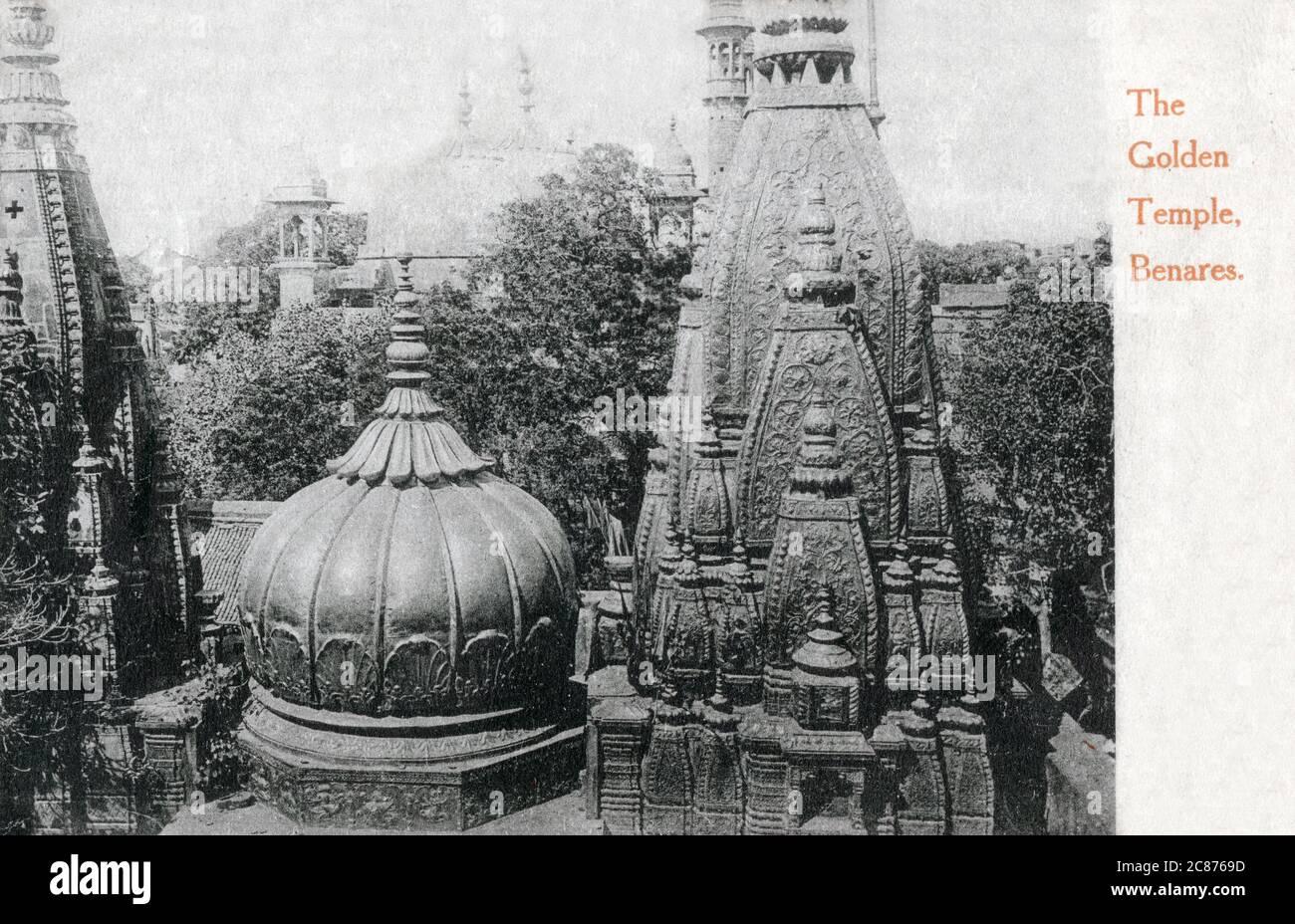 El templo Shri Kashi Vishwanath (Templo de Oro) dedicado a Lord Shiva, Varanasi (Benares), Uttar Pradesh, India. El Templo se encuentra en la orilla occidental del río santo Ganga, y es uno de los doce Jyotillingas, el más sagrado de los templos de Shiva Fecha: 1908 Foto de stock