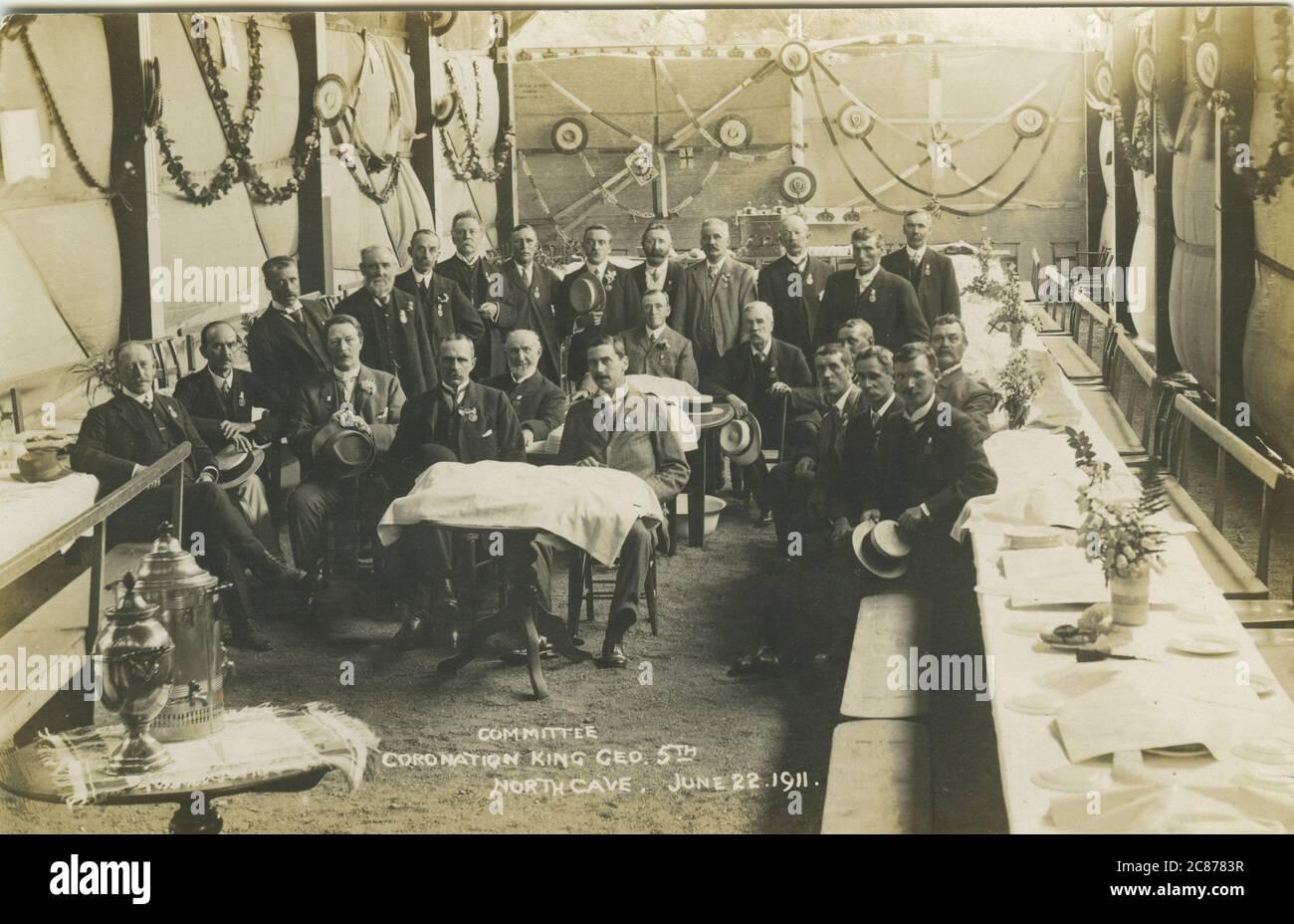 Comité de aldea (celebrando la Coronación del Rey Jorge V - 22 de junio de 1911), Cueva del Norte, Brough, Yorkshire, Inglaterra. Foto de stock