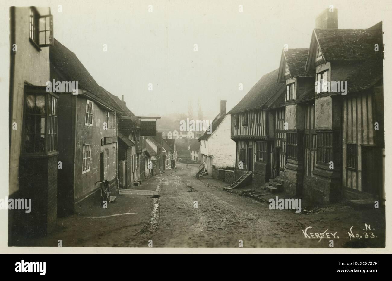 The Street, Kersey, Ipswich, Babergh, Suffolk, Inglaterra. Fecha: 1900 Foto de stock