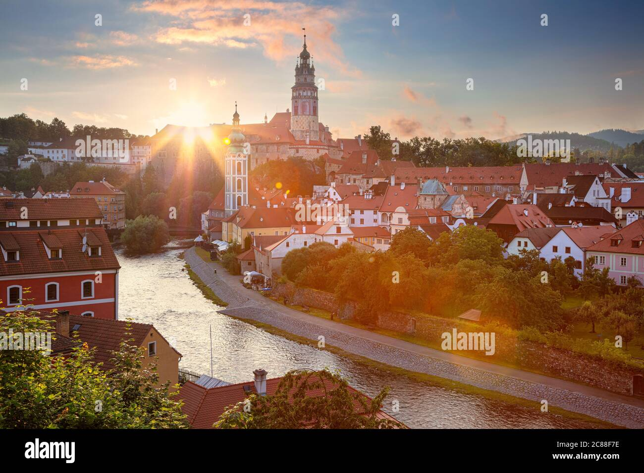 Cesky Krumlov. Paisaje urbano antena imagen de Cesky Krumlov, República Checa durante la puesta de sol de verano. Foto de stock