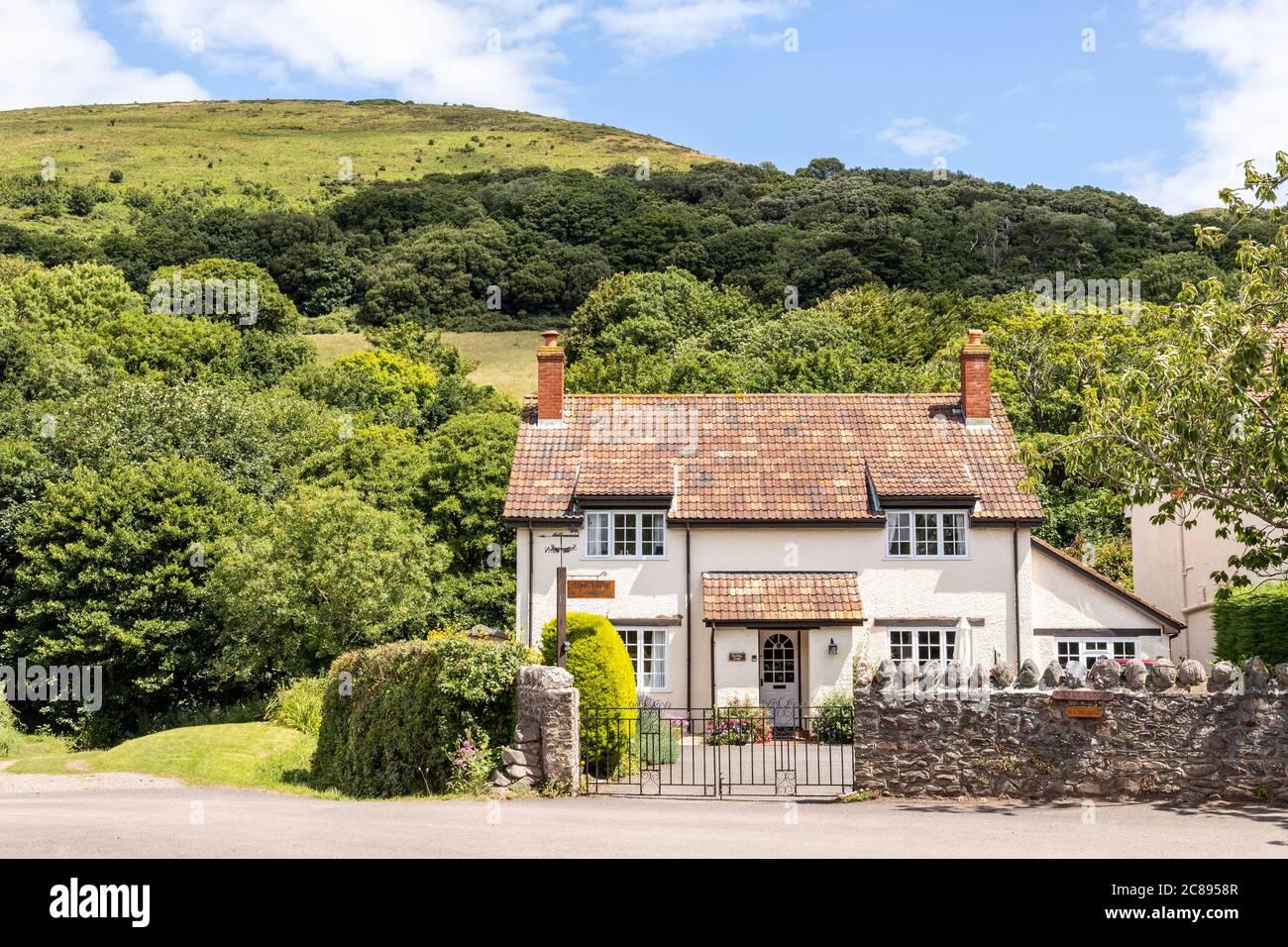 Una casa de azulejos en el Parque Nacional Exmoor en el pueblo de Bossington, Somerset Reino Unido Foto de stock